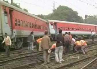 🚈 कानपुर: पूर्वा एक्सप्रेस ट्रेन हादसा - ShareChat