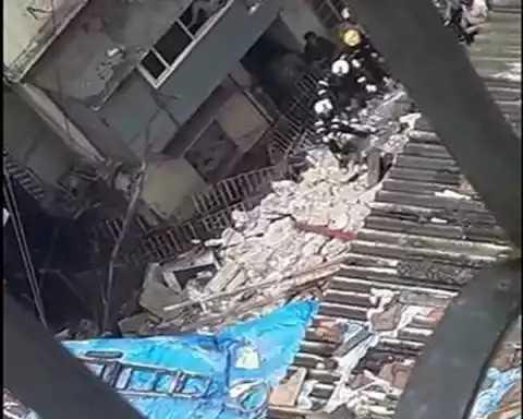 🗞मुंबईत इमारत कोसळली - ShareChat