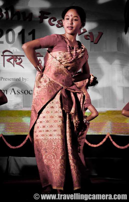 পুৰণি অসমীয়া গীত - Presented by : M Assoc . © www . travellingcamera . com - ShareChat