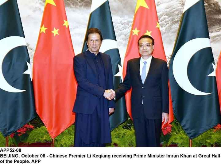 నేషనల్  పొలిటిక్స్ - APP52 - 08 BEIJING : October 08 - Chinese Premier Li Keqiang receiving Prime Minister Imran Khan at Great Hall of the People . APP - ShareChat