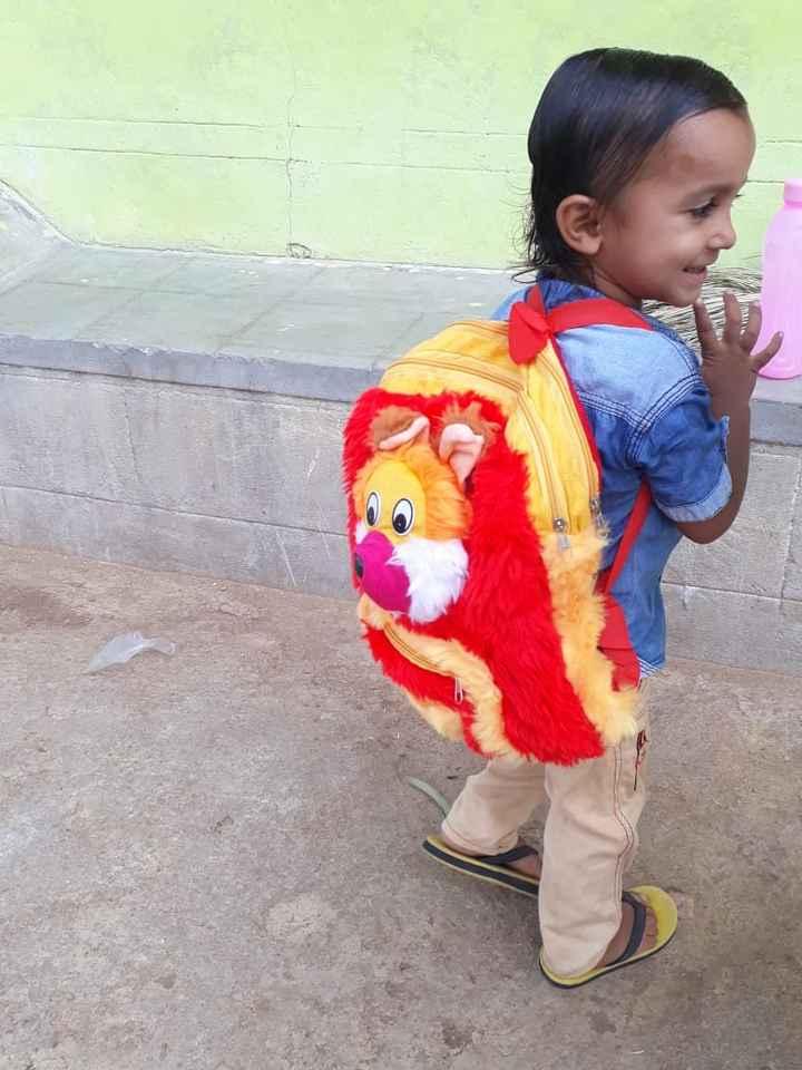 🎒స్కూల్ బ్యాగ్తో సెల్ఫీ - ShareChat